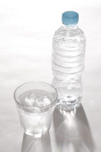 水 ミネラルウォーター コップ